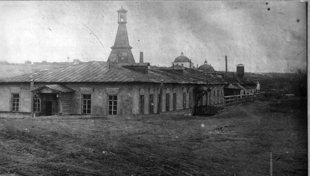 Здание первой заводской конторы старого Режевского чугуноплавильного и железоделательного завода (в начале истории РМЗ вновь становится заводоуправлением), сейчас сохранилось в полуразрушенном, руинном виде, фото 1930-х годов