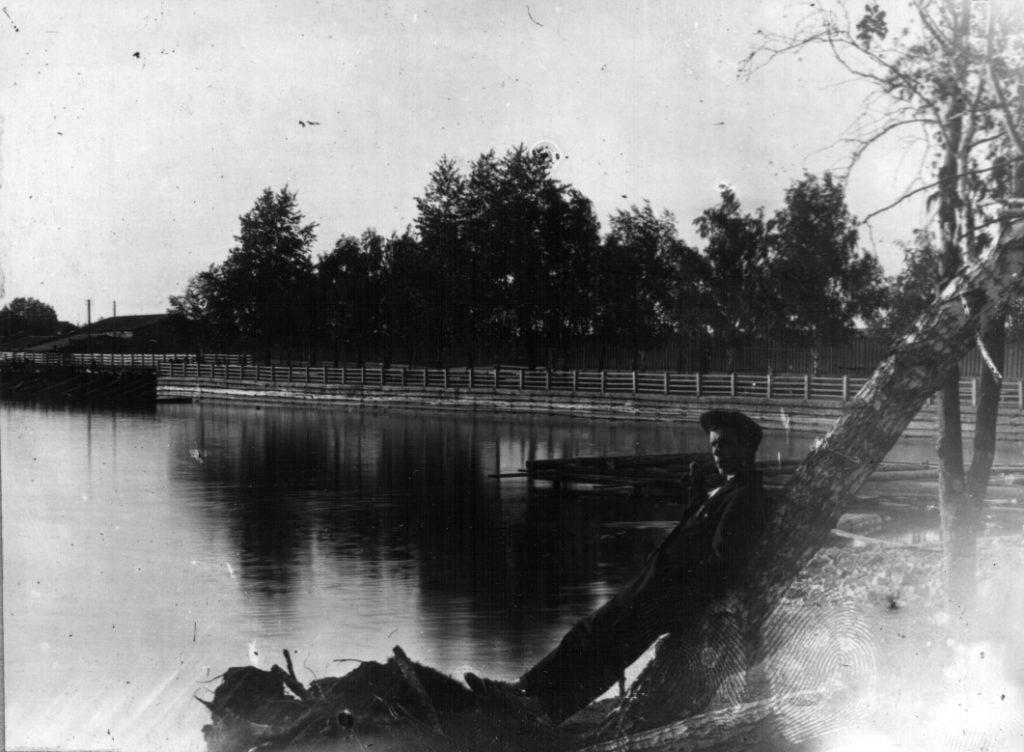 На Режевском пруду в первые годы советской власти, на правом берегу вблизи плотины