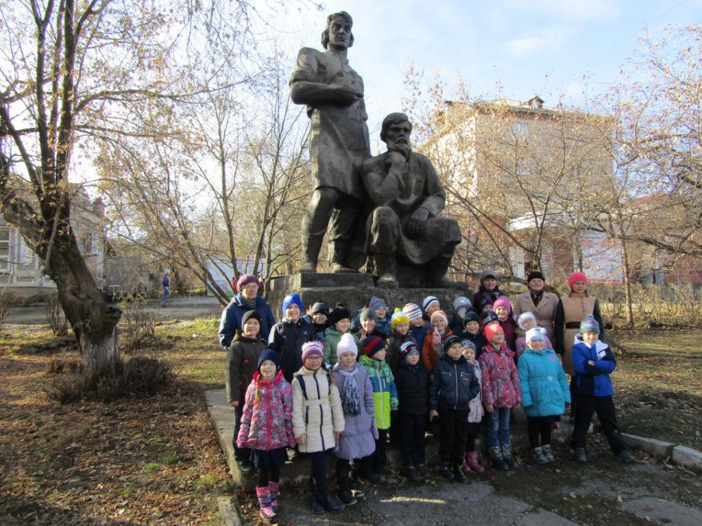 Первоклашки из Первой школы у памятника режевским умельцам