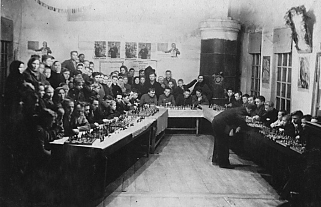Гроссмейстер Болеславский проводит сеанс одновременной игры в селе Голендухино