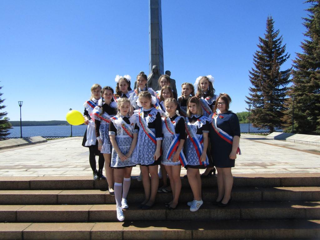Выпускники 44 школы во время экскурсии по Режу