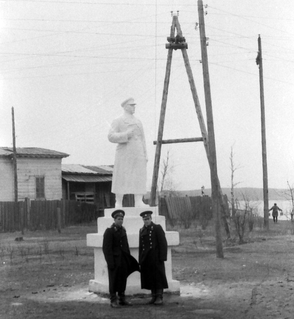 До середины 1960-х на месте будущего Монумента в Реже находился памятник К. Ворошилову