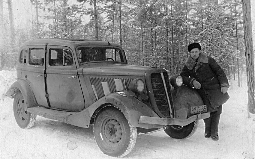 1947 год. Водитель Н. М. Никифоров рядом с автомобилем М-1