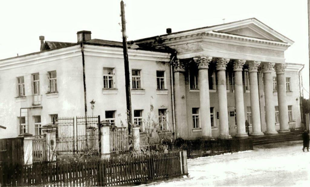 Реконструкция режевского центра началась со строительства Горкома партии в 1956 году