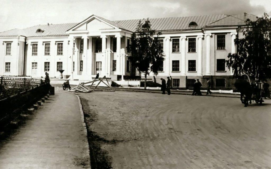 Лучший образец советского классицизма в Реже — здание ДК РМЗ (ныне ЦКиИ)