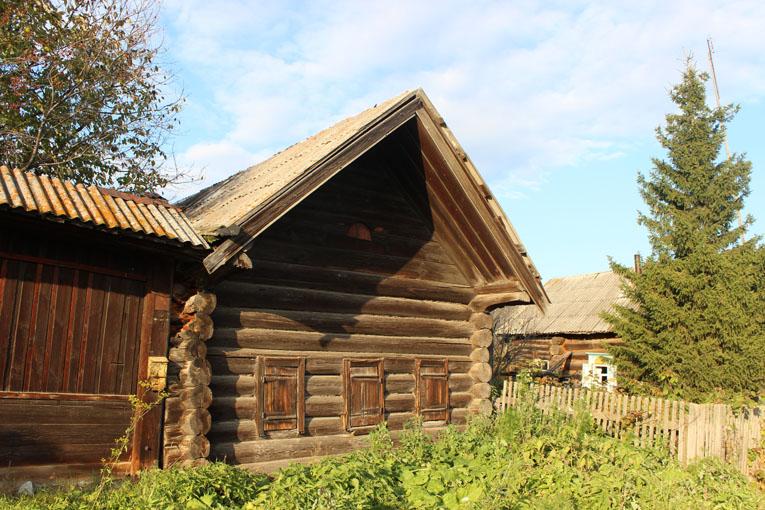 Старинная изба в Сохарево с одним ставнем