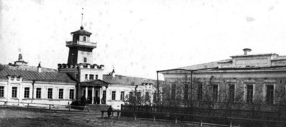 Заводоуправление Режевского завода слева (эпоха Александра 2) и флигель Господского дома справа (эпоха Николая 1)