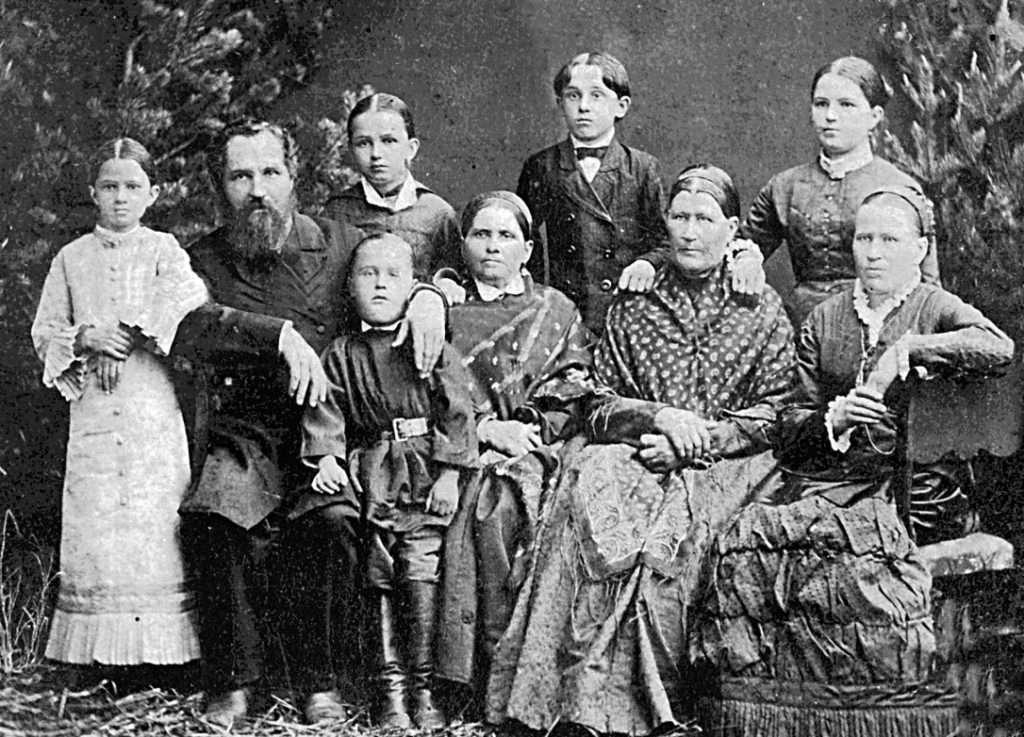 Зажиточная режевская семья в начале XX века