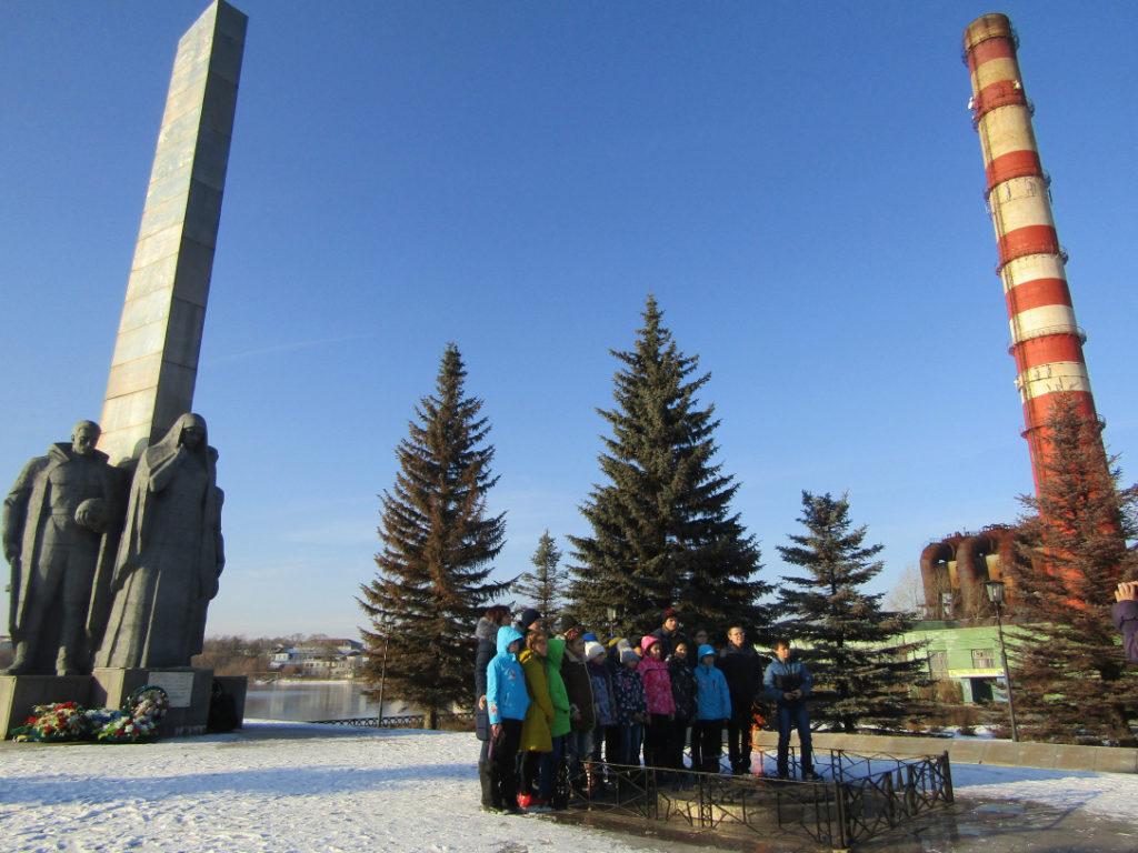 Одна из туристических групп гостей города на фоне трубы Режского никелевого завода