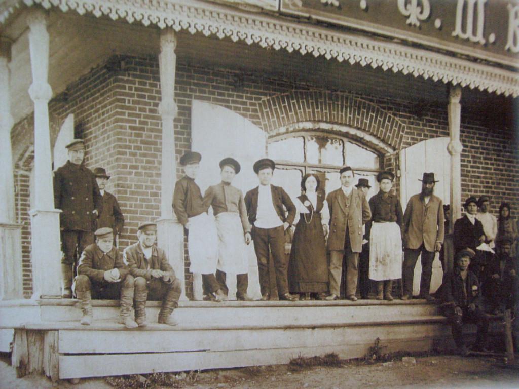 Известный режевской предприниматель Ф. Богатеев со своими людьми у своей лавки