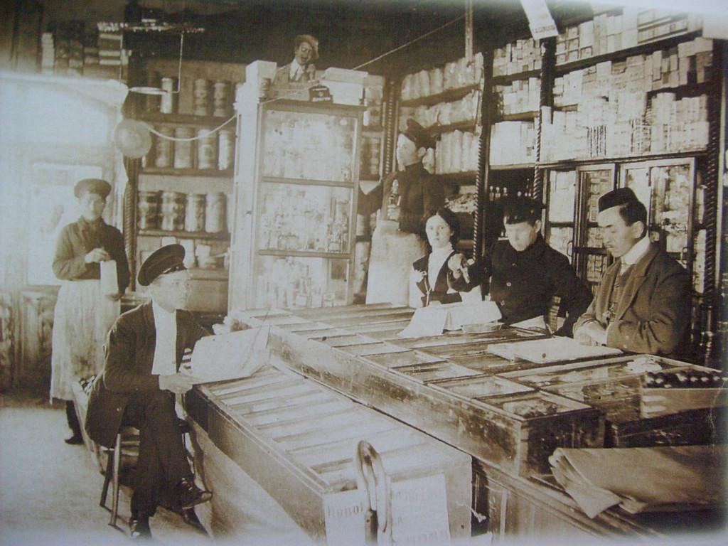 В лавке Ф. Богатеева (сам хозяин — первый справа), ныне торговое заведение на перекрестке улиц Ленина-Советская