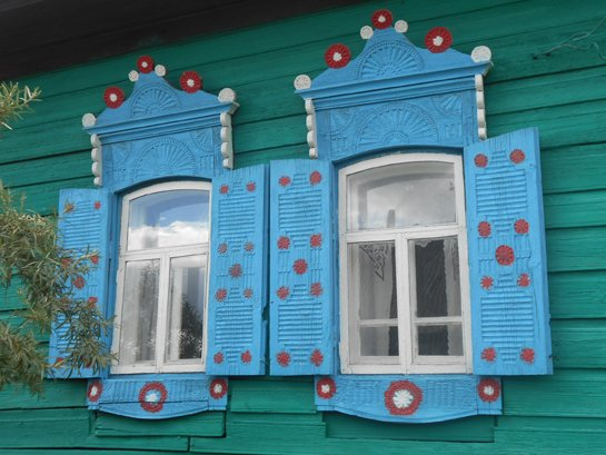 Наличники из деревни Ощепково, одни из красивейших режевских наличников, украшенных солярной символикой (вторая половина XIX века)