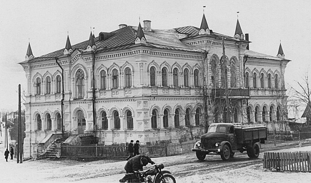 Первая школа в середине XX века