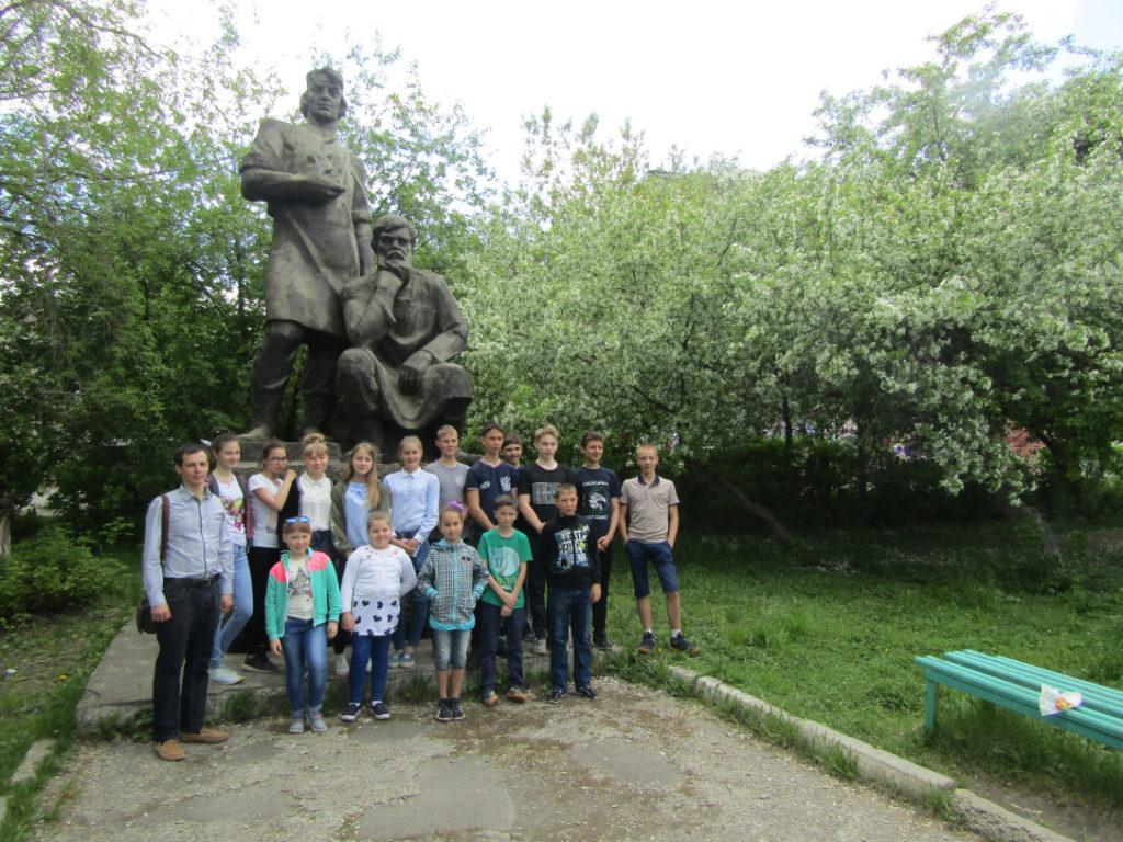 У памятника режевским умельцам