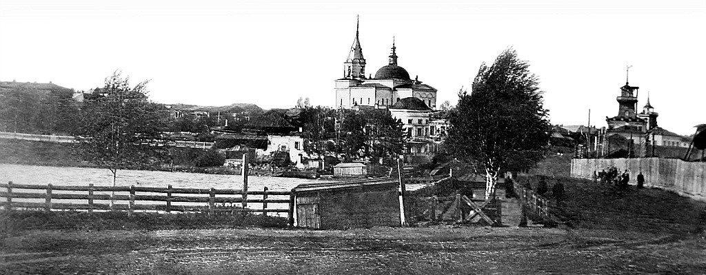 Вид на плотину и левобережную (административную) часть поселка Режевской завод. Фото начала XX века