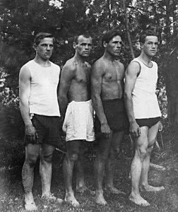 Победители первых в Реже легкоатлетических соревнований (июль 1927 года): Л. Королев, А. Гаренских, И. Гаренских, Е. Сурнин