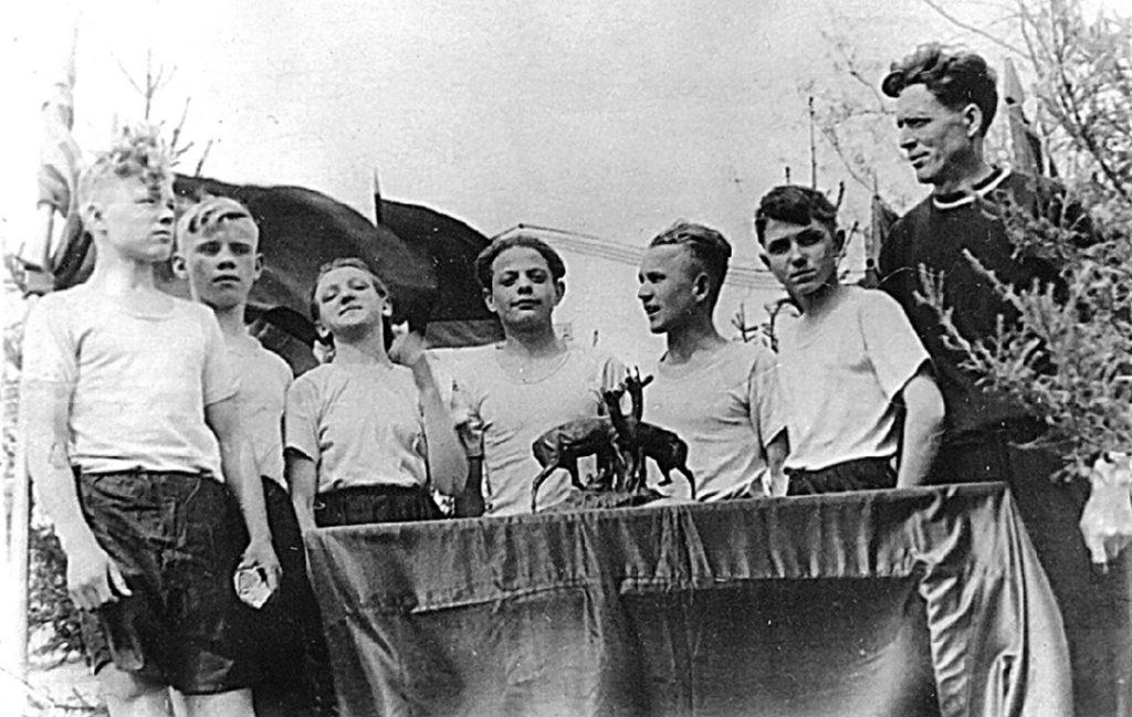 Победители легкоатлетической эстафеты: команда режевской школы № 1 (справа И. А. Барахнин), 1955 год