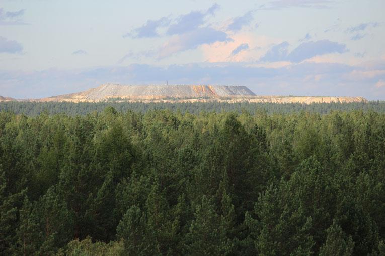 Вид с отвалов Покровского рудника, вдали отвалы современного Сафьяновского медно-колчеданного месторождения