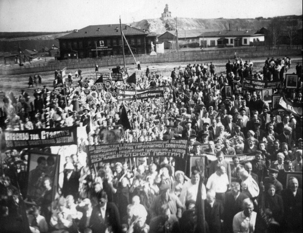 Предвоенный митинг на бывшей церковной площади