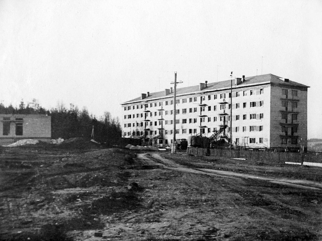 Дом по Космонавтов 10, слева — строительство Режевской детской больницы