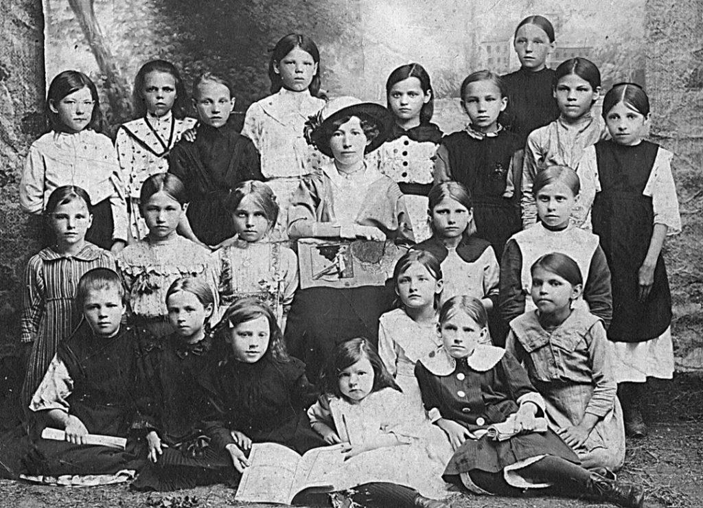 Режевские ученицы земского училища в начале XX века