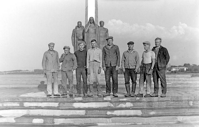 Строители Монумента боевой и трудовой славы режевлян
