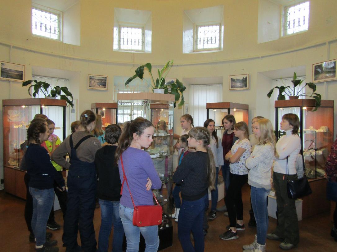 Школьники из Туринска на экскурсии в минералогическом музее, в зале под куполом бывшего Господского дома