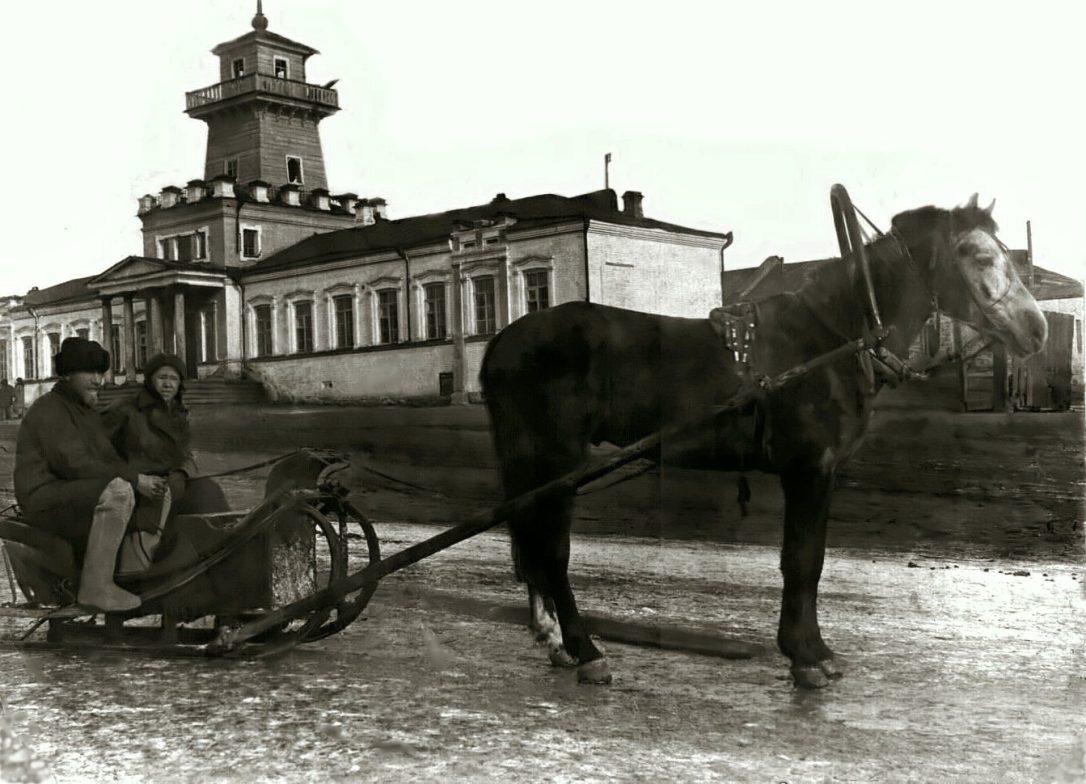 Фото 1930-х годов, на заднем плане бывшее заводоуправление Режевского завода, в те годы режевская школа № 5