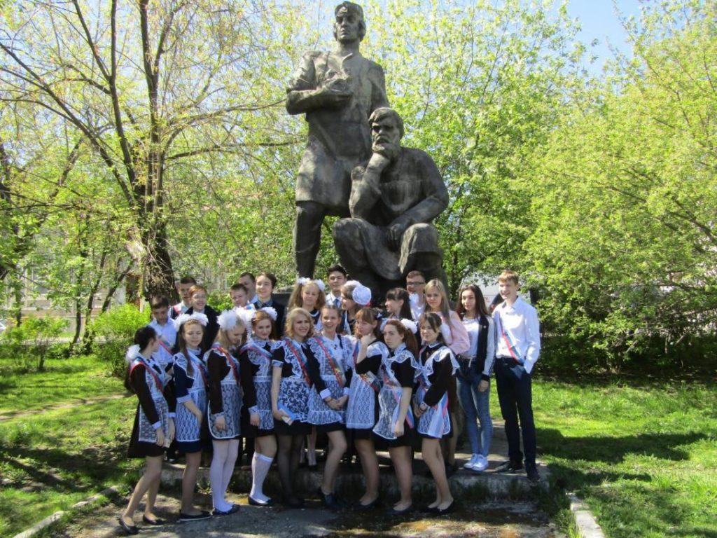 Весна. Выпускники из Первой школы у памятника режевским умельцам