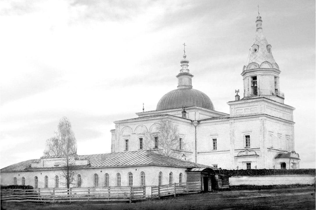 Богоявленская церковь и церковно-приходская школа Режевского завода (после 1872 года земское училище). Фото начала XX века