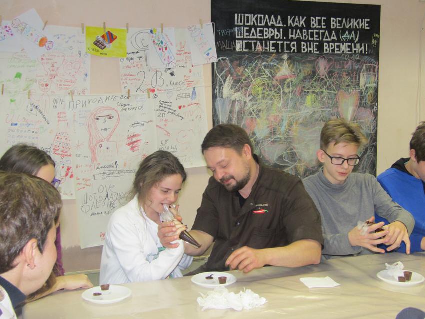 Во время мастер-класса в шоколадной мастерской