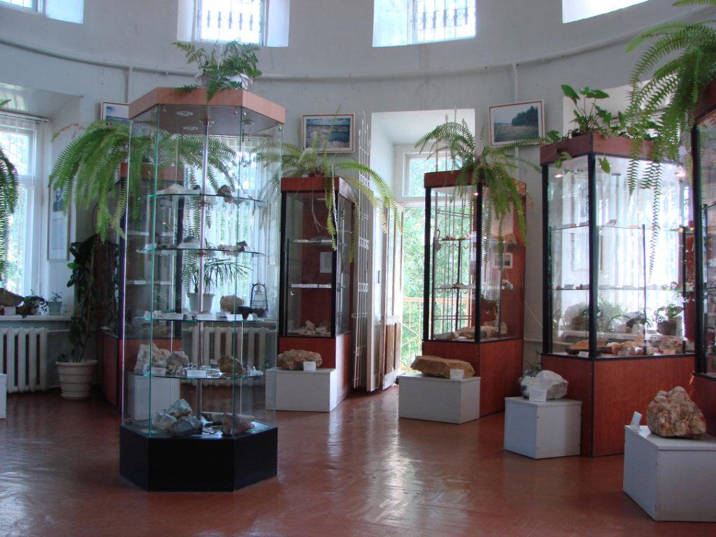 В одном из залов минералогического музея