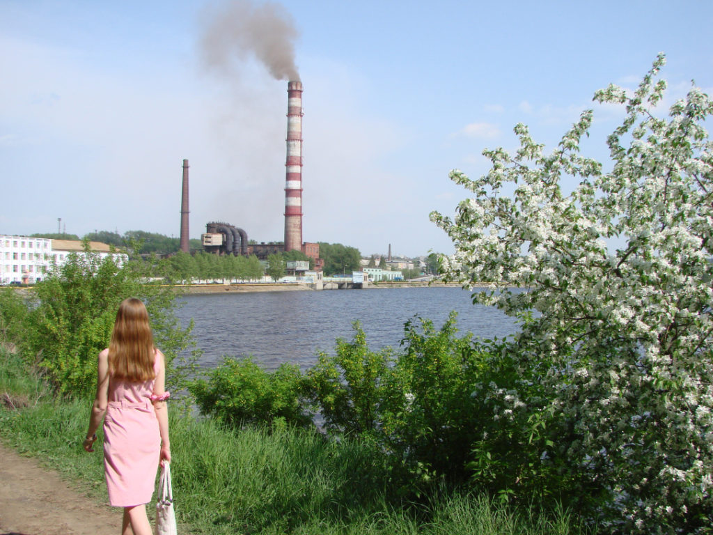 В начале лета. Вид на трубу Режского никелевого завода