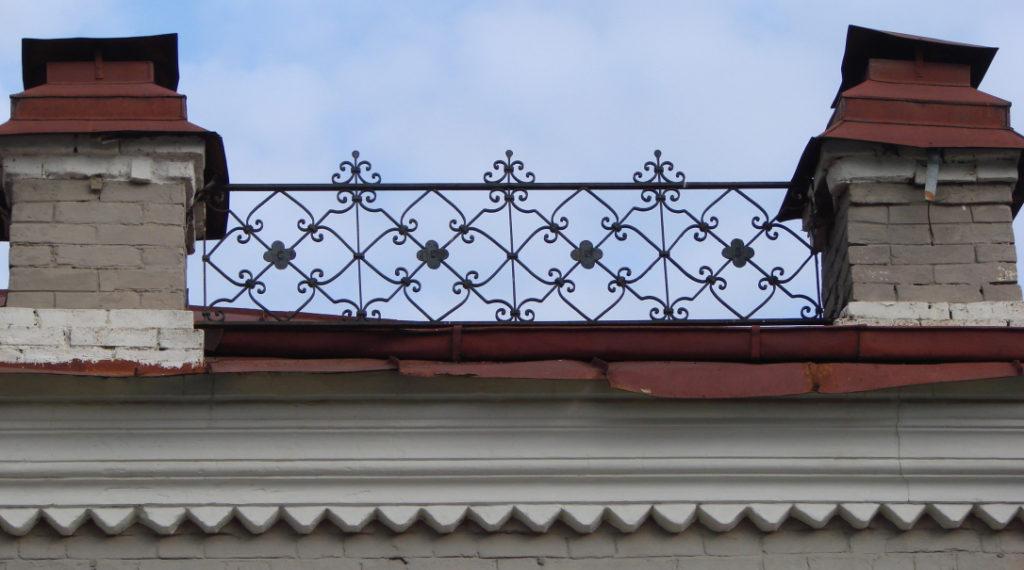 Металлические украшения балакинской лавки в центре Режа