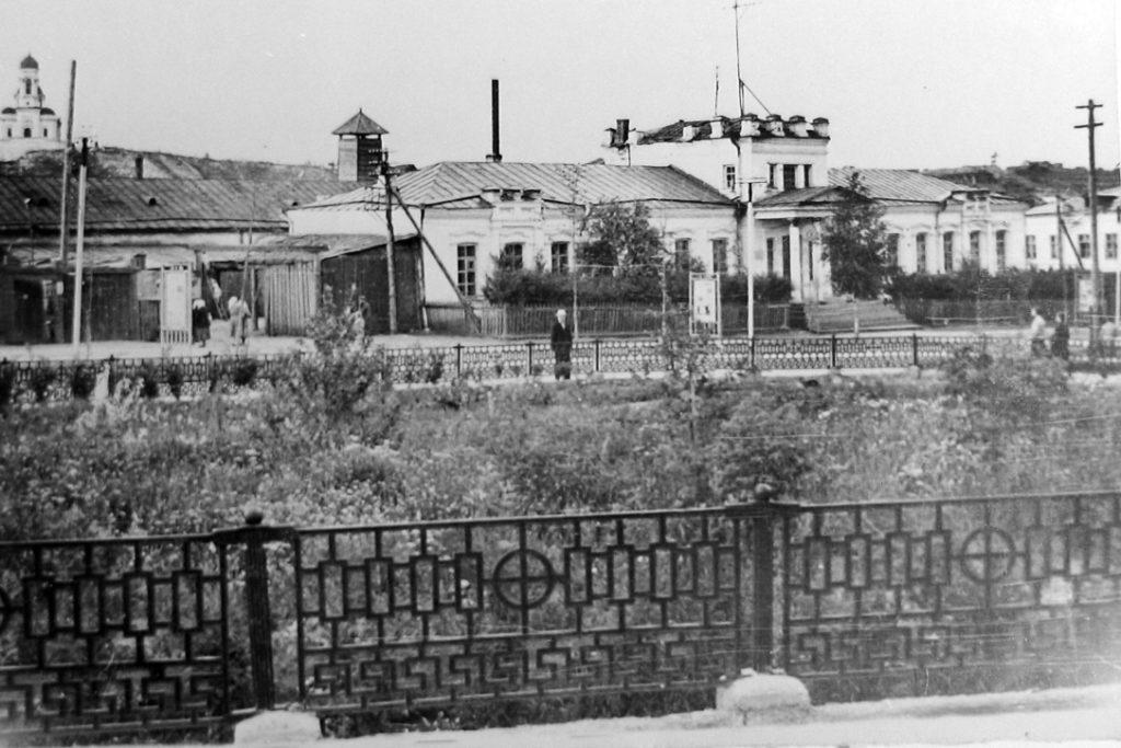 Сквер на месте бывшей торговой площади на рубеже 1960-1970-х годов, накануне установки здесь памятника режевским умельцам