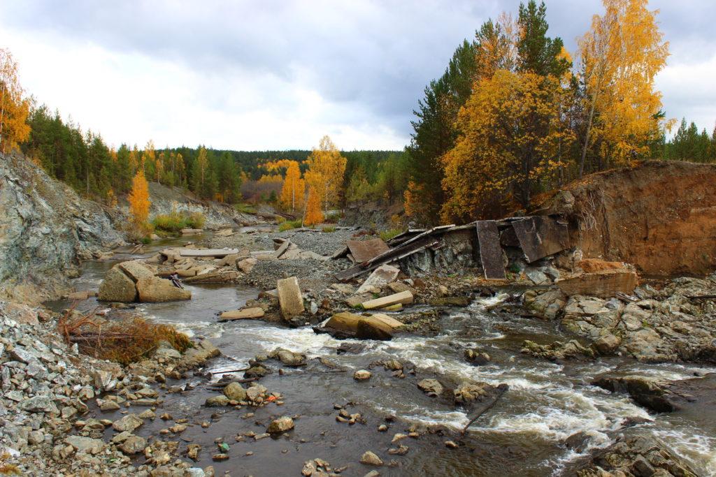Слив воды из Колташинского пруда на месте прорванной плотины
