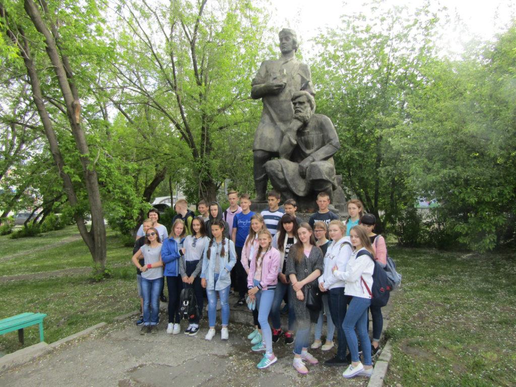 Лето. Гости из Ирбита у памятника режевским умельцам