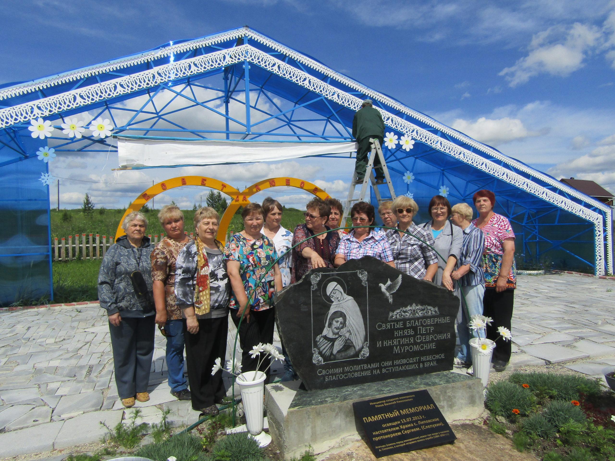 У свадебного комплекса в Соколово
