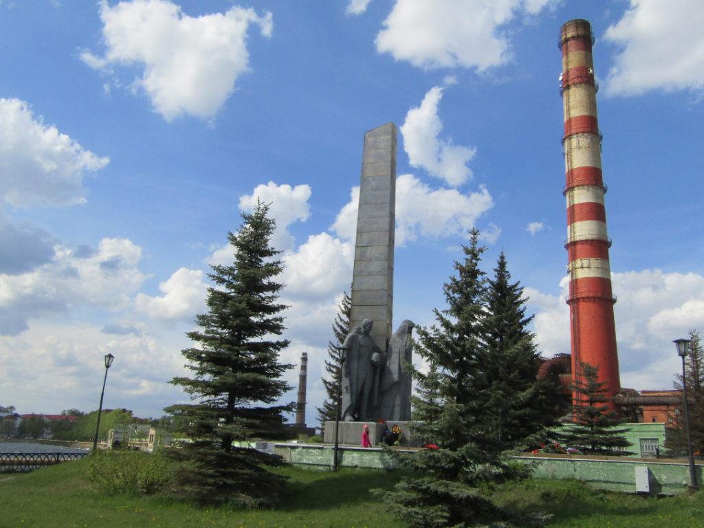 У Монумента боевой и трудовой славы в начале лета