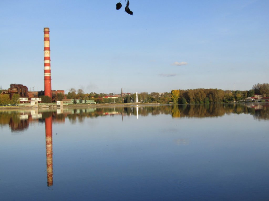 Вид с левого берега пруда на трубу Режского никелевого завода
