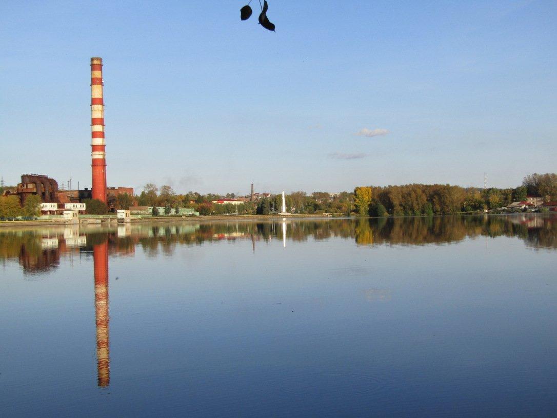 Вид с левого берега пруда