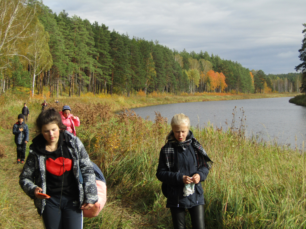 Поход до Бородинских скал на реке Реж и Бородинской писаницы: значительная часть похода проходит вдоль берега