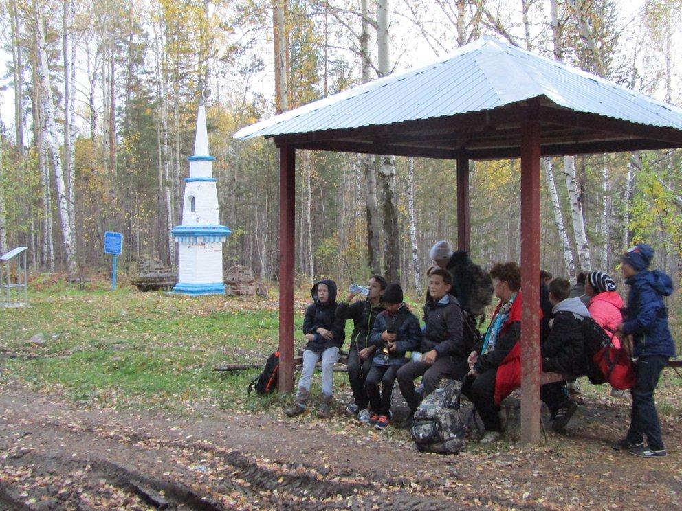 У памятника Николаю Чудотворцу