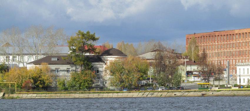 Октябрь. Вид на Господский дом в Реже, где сегодня размещается минералогический музей. Фото с правого берега пруда