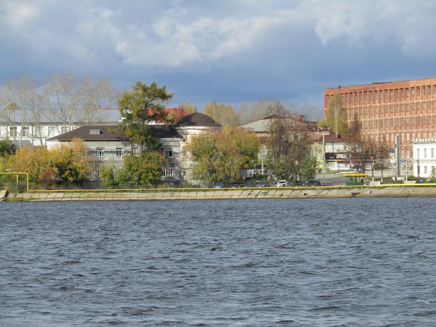 Октябрь. Вид на Господский дом. Фото с правого берега пруда