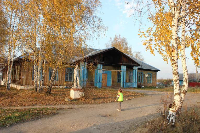 Старая школа в поселке Озерном