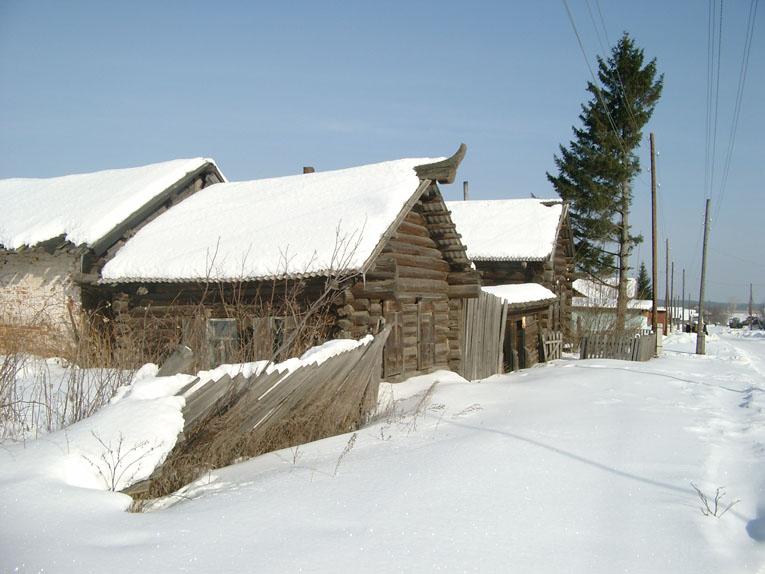 Старинная изба с коньком в селе Леневском