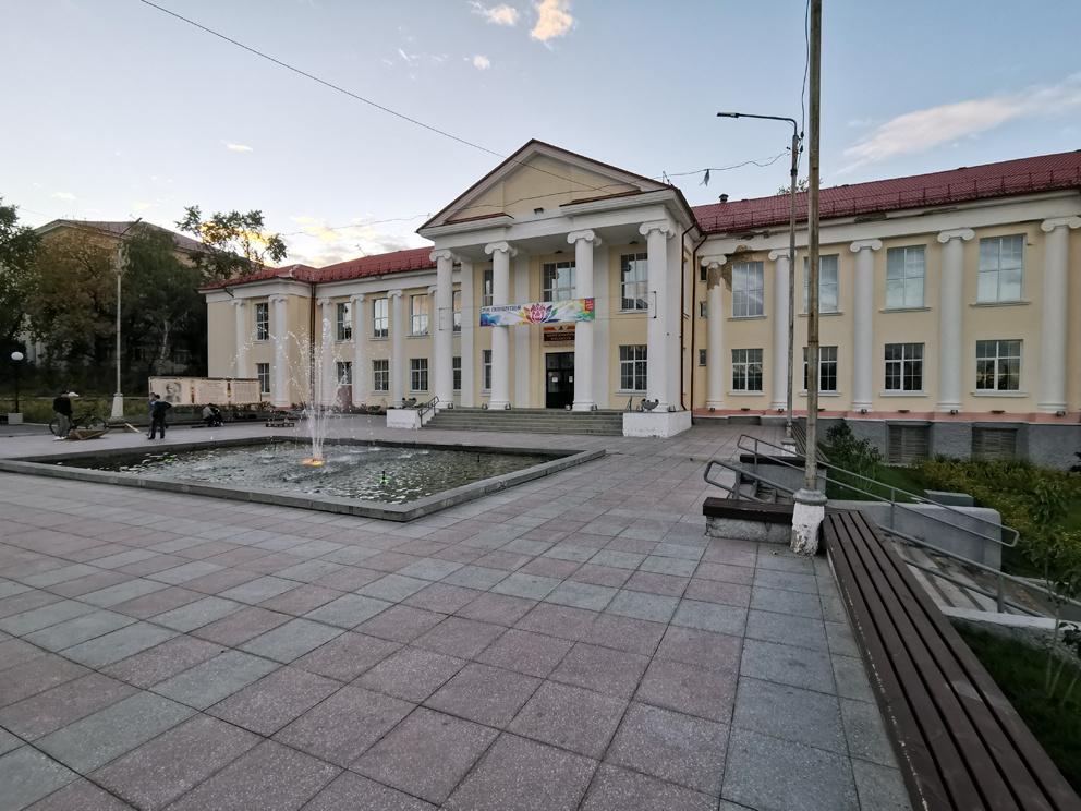 Площадь с фонтаном перед ЦКиИ