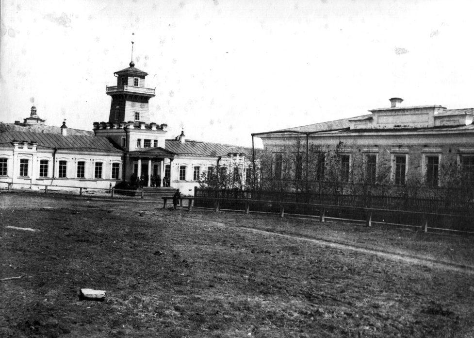 Слева заводоуправление Режевского завода со 2 половины XIX века