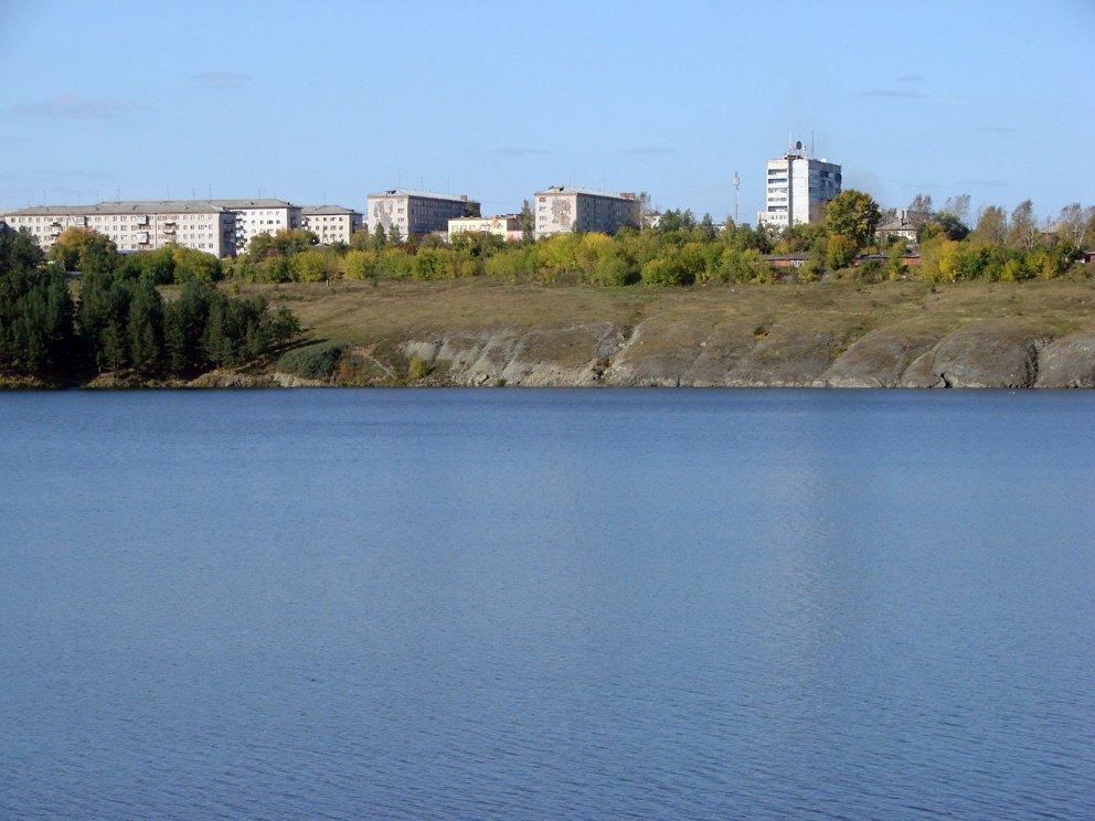 Вид с противоположного берега пруда на микрорайон Семь ветров в Реже